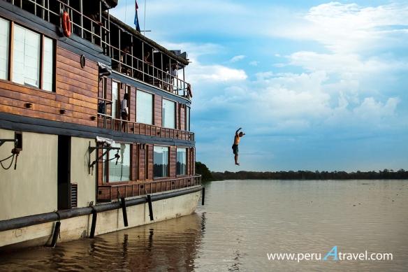 EL Delfin jumping - Perú A Travel.jpg